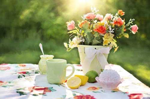 Gartentisch mit Blumen