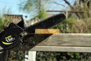Motorsäge beim Holz zerkleinern