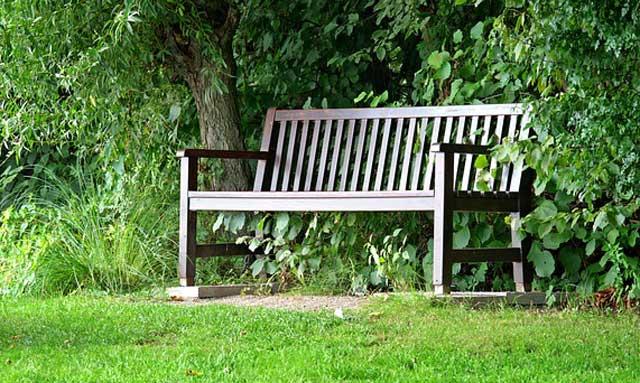 Teakholz - ein sehr haltbares Holz mit einer besonderen silbernen Patina als Gartenbank