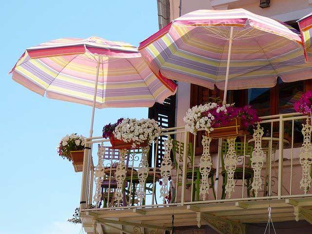 Balkon mit Sonnenschirme